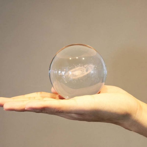 Galaxie gravée par un laser en 3d dans un boule en cristale